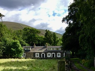 Tranquil jewel in secluded valley. Huge south garden. Dogs, Bikes. Peebles 4 m.