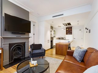 Elegant Apartment Steps From Harbour Bridge