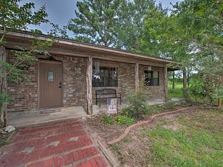 Hempstead Cottage w/ Covered Porch & Views!