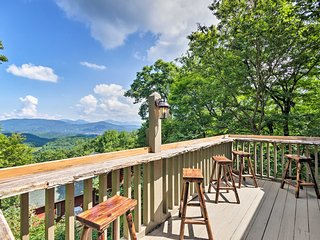 Cabin w/ Hot Tub & Mountain Views, 15 Min to Boone