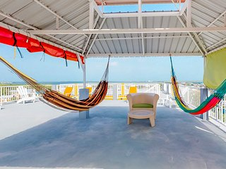 Apartment steps from the beach w/ amazing rooftop view - walk to town!