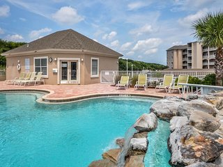 Spacious, recently remodeled condo w/ shared pool & hot tub - close to the beach