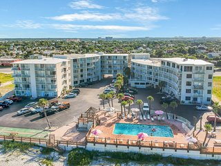 Inviting studio w/ 2 shared pools, grill area & beach access!