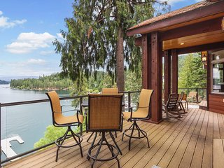 Stunning lakeside home w/ private hot tub, sauna, game rooms & home theater!