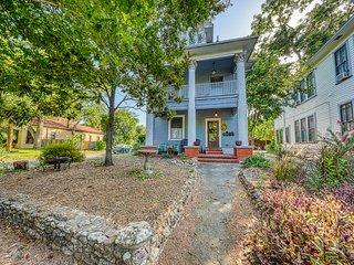 Cozy Austin cottage, large balcony, close to River Walk - dogs ok!