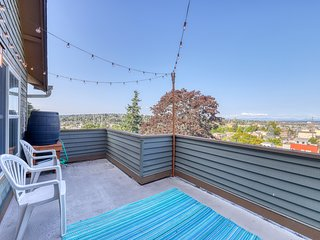 Gorgeous townhome w/ fireplace, outdoor deck, & mtn views