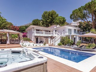Beautiful home in Benalmadena Costa w/ WiFi, Outdoor swimming pool and 4 Bedroom