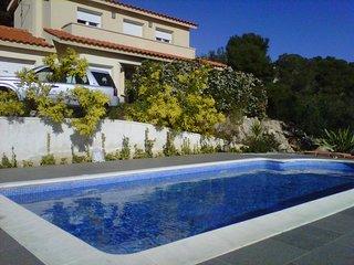 Casa en urbanización de montaña con vistas al mar. Piscina privada.