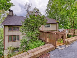 Walk to the slopes from this updated mountainside condo w/loft & covered balcony