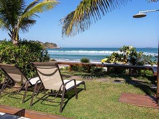 Linda casa com duas suites e um quarto, de frente pra Praia de Geriba BZ035