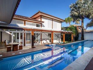 Linda casa com quatro suítes em condomínio, em Manguinhos BZ135