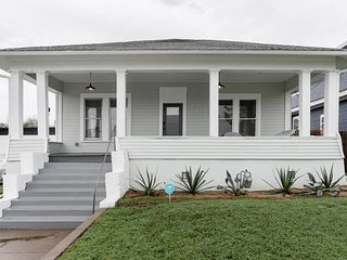 Restored 1930s Uptown Bungalow 2 min. to Magnolia Silos
