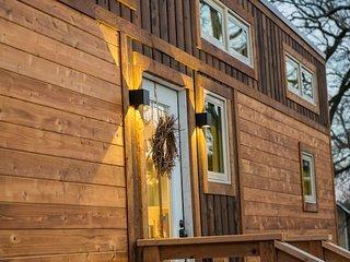 """Montana Escape"" Tiny House in Waco–12 min. to Magnolia and Baylor"