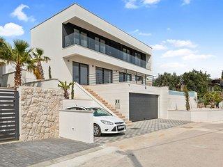 NEW! Luxury modern villa with pool, near beach,11 min from Split airport,parking