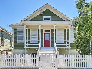 Galveston Victorian, Walk to the Strand+Beach