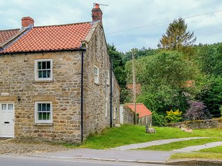 HOLLYSIDE COTTAGE, character holiday cottage, with a garden in Hutton-Le-Hole