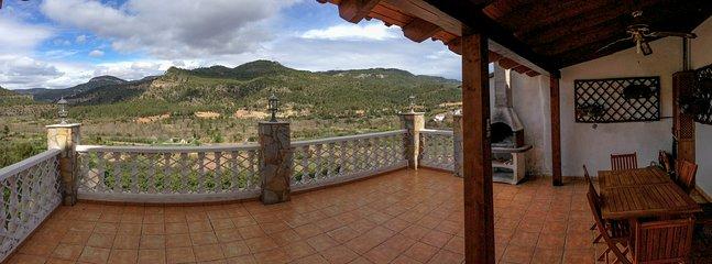 Terraza con barbacoa y vistas a la montaña