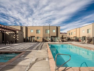 Sept/Oct Discounts! - Sleeps 18 - Pool/Spa - Incredible Downtown Location
