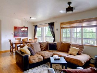 Walk to Ski/Bus, Private Entrance/Garage, Views, Spacious, Deck, Grill, Top Flr,
