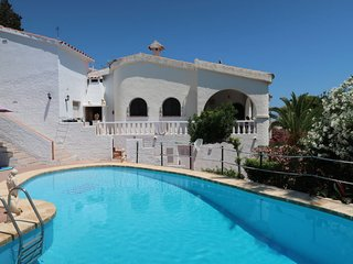 2 bedroom Villa with Pool, WiFi and Walk to Beach & Shops - 5649484