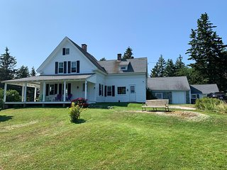 Comforting 3B/2Ba Farmhouse situated on the shoreline just 8 min from downtown