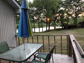White River Cabin at Rivers Edge Great Views/Access King Bed  Wifi washer/dryer