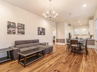 Hosteeva 3 BR Urban Condo Close to St. Charles 5 m Ride to FQ