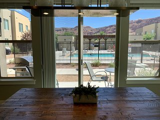 Incredible Poolside Location - Professionally Decorated - Sleeps 12