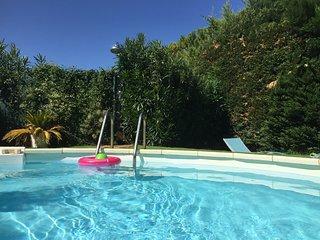 'A deux pas de la Montagnette' gîte climatisé, piscine partagée, jardin privatif