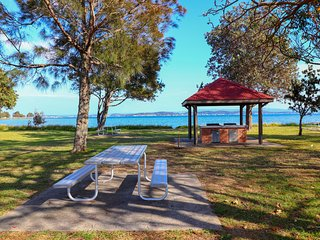Tommys Lakehouse - stunning views of Lake Macquarie * waterfront *