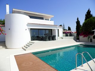 Villa with private pool walking distance to amenities, beaches, Carvoeiro center