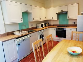 BOURNECOAST: APARTMENT WITH COURTYARD GARDEN AND PARKING IN TALBOT WOODS -FM2548