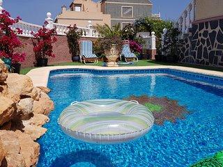 Adosado con piscina privada a 10 min andando de la playa Carabassi