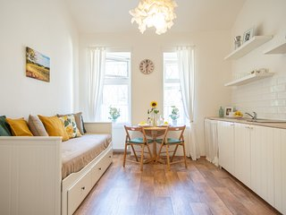 Bright and spacious flat with two bedrooms for 6 guests by easyBNB