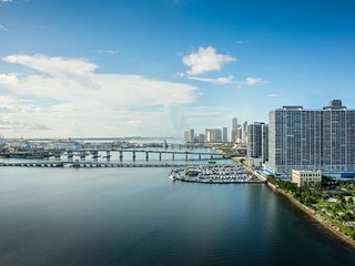 ON THE BAY! HUGE 3BR/2BA APT, POOL, HOT TUB