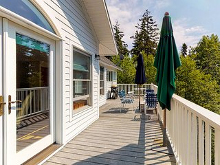 Bayfront home w/ beautiful views, large deck & shared dock/tennis - dogs OK!
