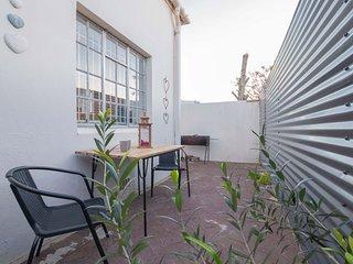 Chic farm-style loft apartment w/ Wi-Fi - walk to beach, restaurants & shops