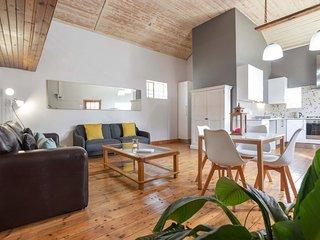 Chic farm-style loft apartment w/ WiFi - walk to beach, restaurants & shops