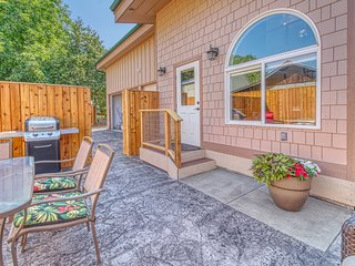 NEW LISTING! Family-friendly bungalow w/private hot tub - dogs ok!