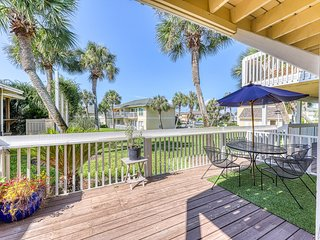 Coastal condo w/ a furnished deck, shared pool, fitness room, & tennis courts