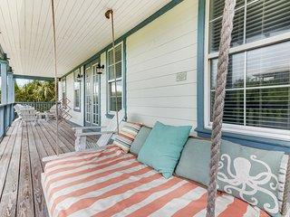 Gulf view home w/shared swimming pool - near beach accesses!