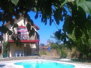 chambres d'hotes quadruples avec vue sur le jardin .......piscine  plus terrasse