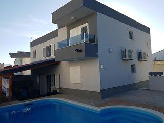Slatine Holiday Home Sleeps 12 with Pool Air Con and WiFi - 5810923