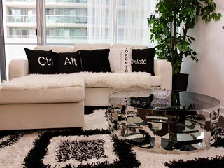 Simply Comfort. Unbeatable CN Tower View Black/White Condo Downtown