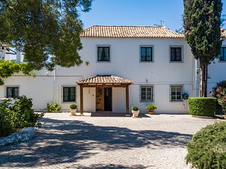 Beautiful Quinta property with swimming pool & parking set in private grounds