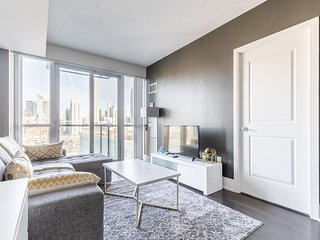 Simply Comfort. Chic Condo with CN Tower View. Free Parking