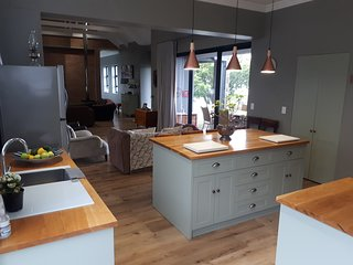 Holiday house in Hermanus for rent in quiet suburb with mountain and sea views