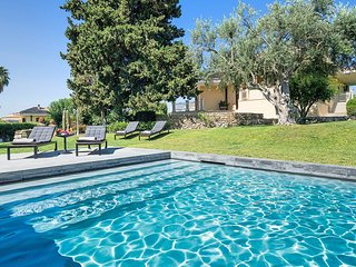 4 bedroom Villa with Pool, Air Con, WiFi and Walk to Shops - 5810835