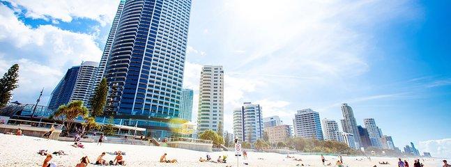 La playa de Surfers Paradise es famosa en todo el mundo