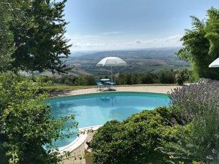Agriturismo Case Leonori met zwembad en geweldig uitzicht
